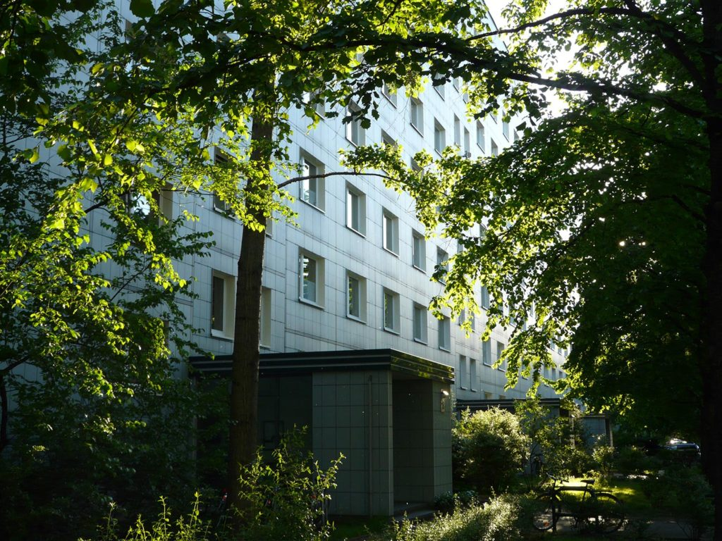 Die Ansicht auf einen Hauseingang der Mollstraße im Frühling.